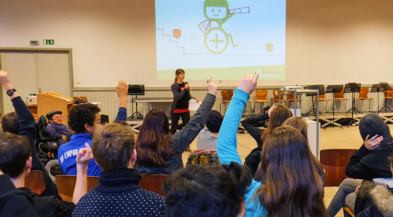 foto von schülern mit svenja und raul bei der wheelmap-präsentation