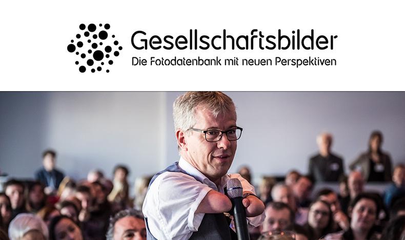 Bild von Rainer Schmidt in einer Konferenz und Logo von Gesellschaftsbilder