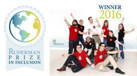 Ein Sozialhelden-Gruppenbild mit dem Rudermann-Preis im Hintergrund