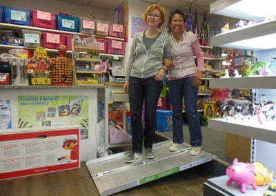 Zwei fröhliche Frauen posieren auf einer Rampe