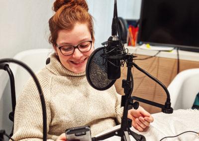 Bild der Aufnahme vom Podcast die Neue Norm, zu sehen ist Judyta Smykowski, der in ein Mikrofon spricht.