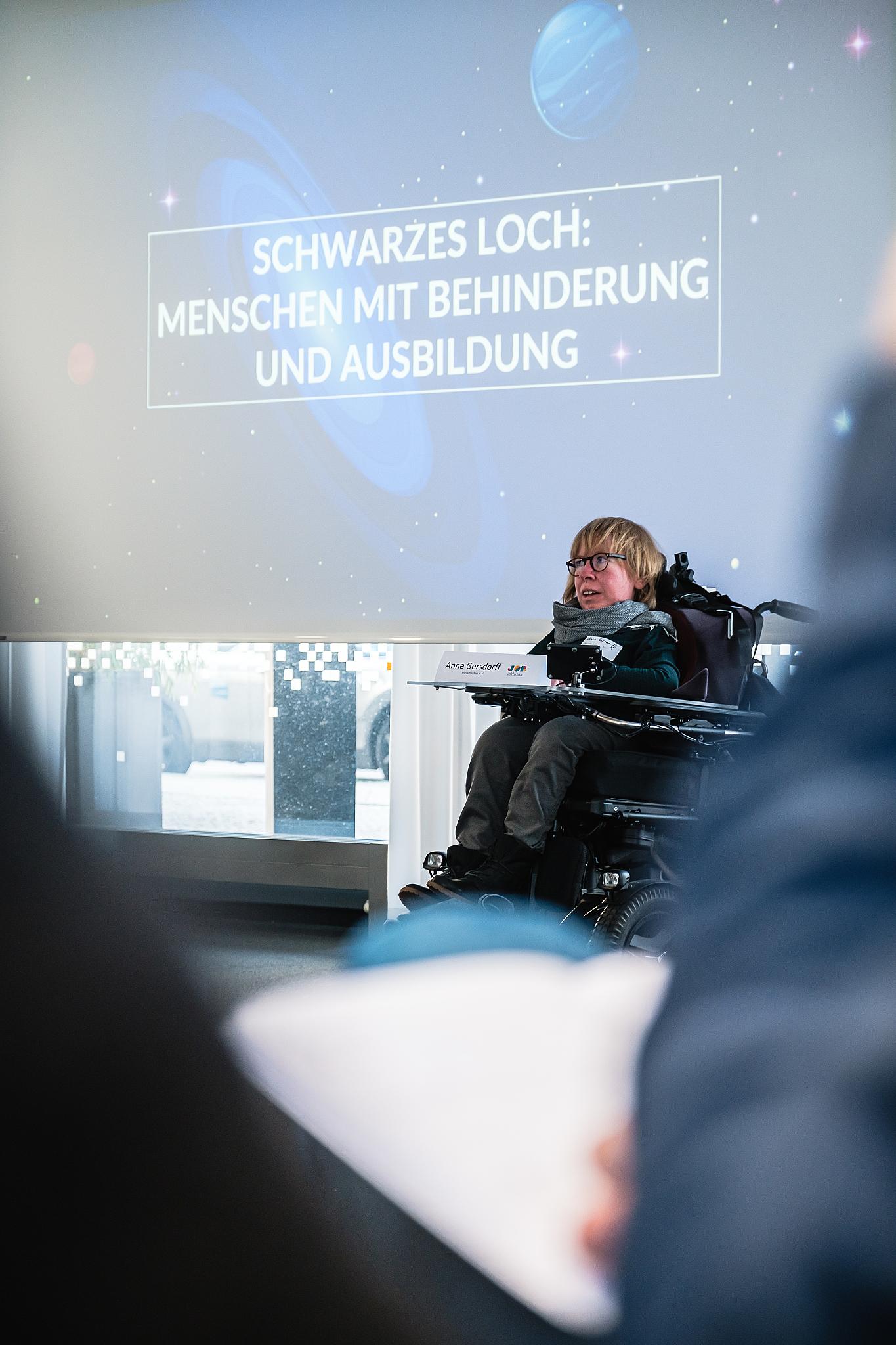 Anne Gersdorff, Rollstuhlfahrerin hält einen Vortrag